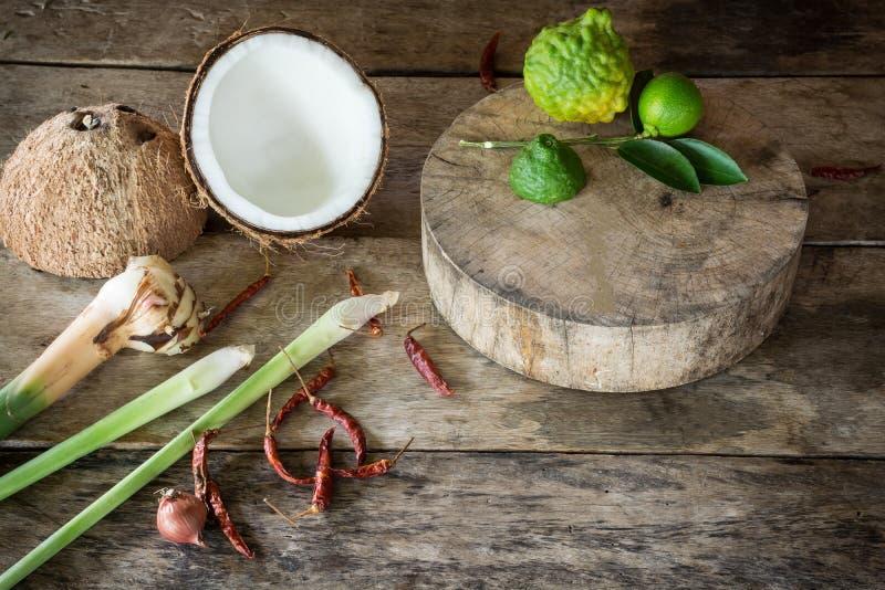 Erva e ingredientes picantes do alimento tailandês no fundo de madeira dentro imagem de stock