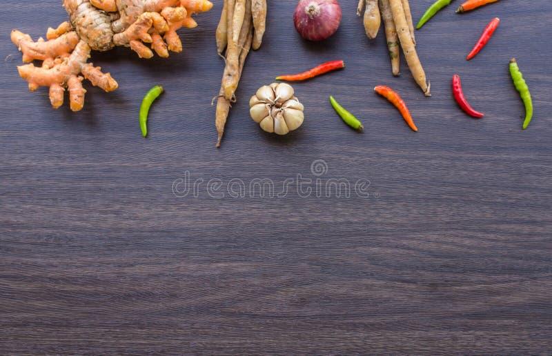 Erva e ingredientes picantes para fazer o alimento tailandês no backgrou de madeira fotos de stock