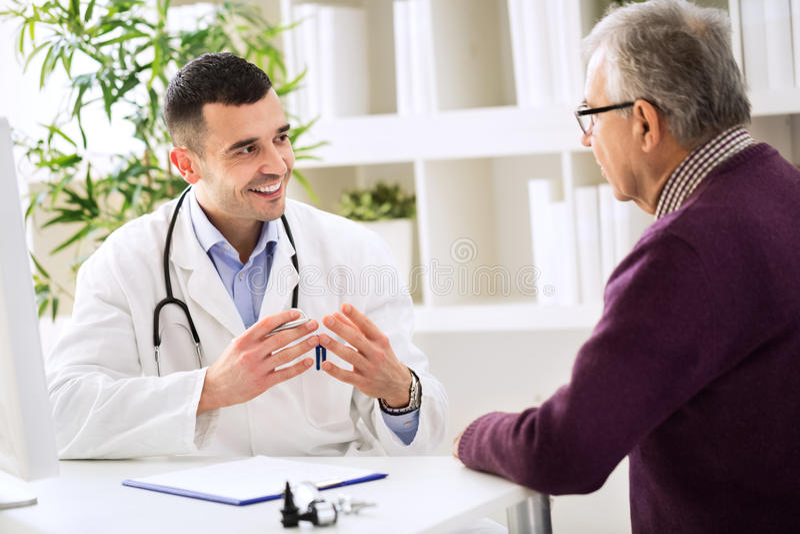 Ervaren arts en patiënt royalty-vrije stock afbeeldingen