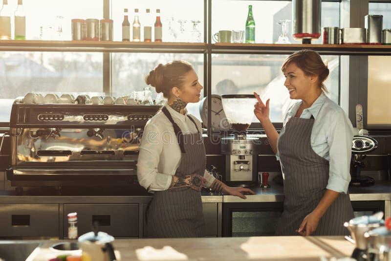 Ervaren barista die koffie in professionele koffiemachine maken royalty-vrije stock foto