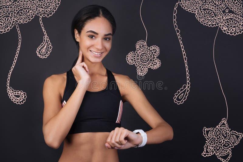 Ervaren haar impuls meten en sportvrouw die cheerfully glimlachen royalty-vrije stock afbeeldingen
