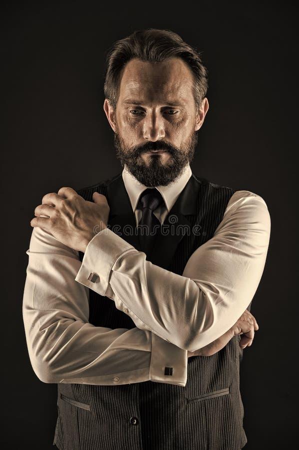 Ervaren zakenman De greephanden van de zakenman kruisten de klassieke formele kleding meer op borst Bedrijfsraad royalty-vrije stock fotografie