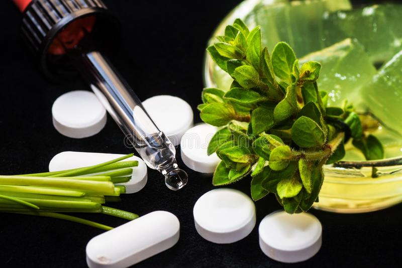 Ervas, comprimidos e conta-gotas fotografia de stock
