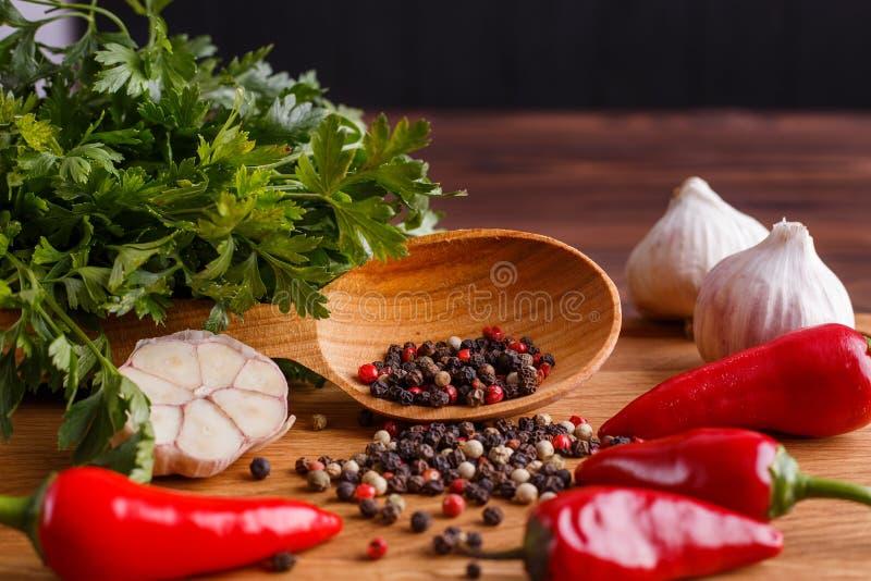 Ervas e especiarias na tabela de madeira rústica O fundo da cozinha, arrulha fotografia de stock