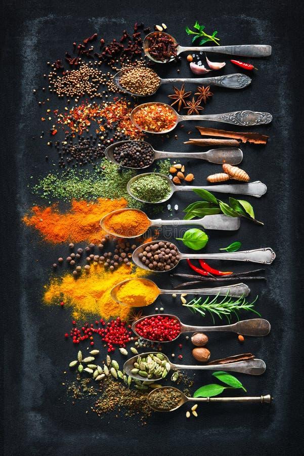 Ervas e especiarias para cozinhar no fundo escuro foto de stock royalty free