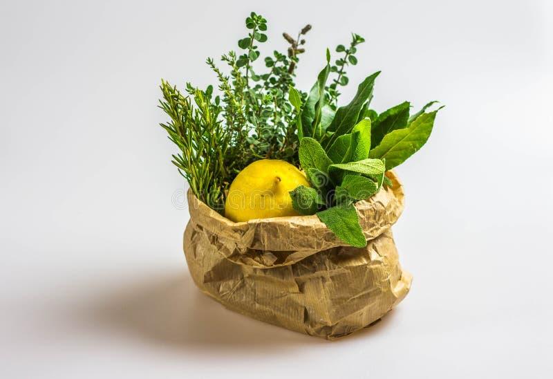 Ervas e limão aromáticos em um saco imagens de stock royalty free