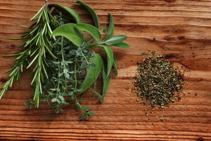 Ervas frescas da especiaria na madeira rústica fotografia de stock royalty free