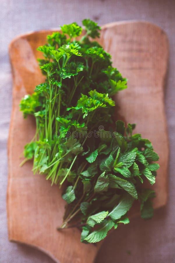Ervas frescas na opinião de tampo da mesa fotos de stock