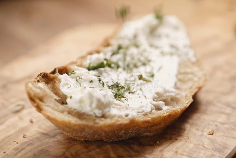 Ervas no pão rústico com queijo da ricota fotos de stock royalty free
