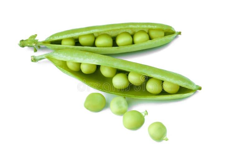 Ervilha verde madura isolada em um fundo branco, close-up imagens de stock