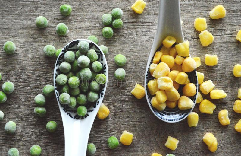 Ervilhas e milho congelados foto de stock