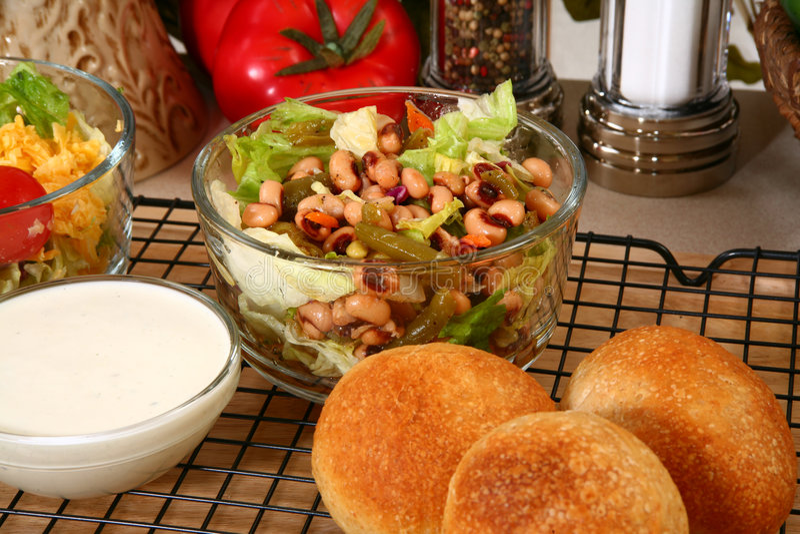 Ervilhas e salada do feijão fotos de stock