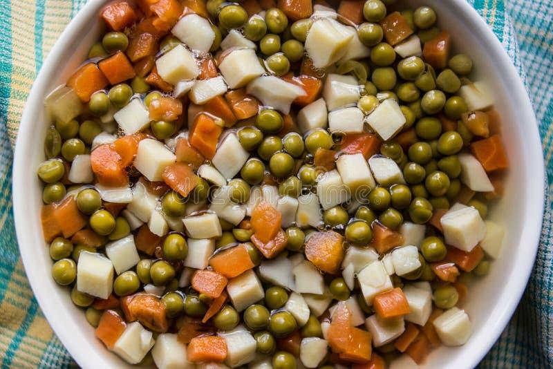Ervilhas frescas do alimento turco com cenoura e batatas Vista superior fotos de stock