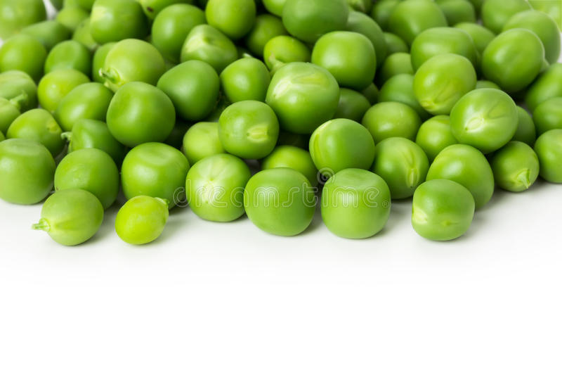 Ervilhas verdes frescas no fundo branco imagens de stock