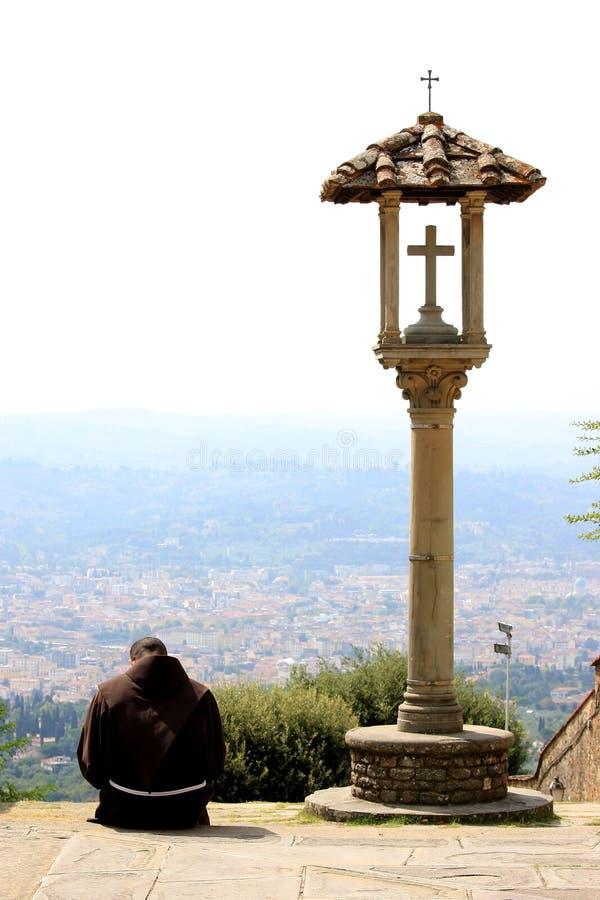 Erwägen des Franziskanermönchs nahe Kruzifix, Italien lizenzfreies stockfoto