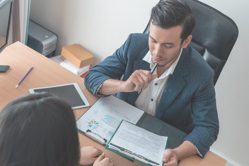 Erwägende Aufsichtskraft, Jobvertrag zu geben dem neuen Angestellten lizenzfreie stockbilder