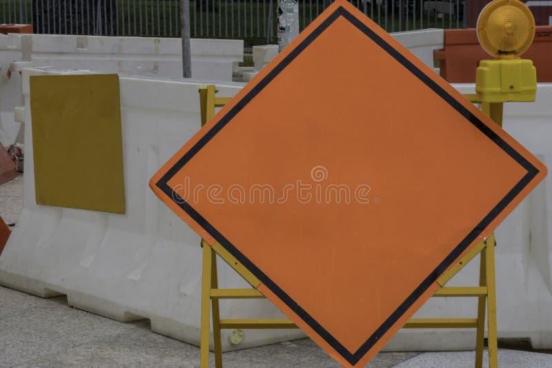 Erwärmungszeichen des leeren orange rautenförmigen Baus stockfotografie