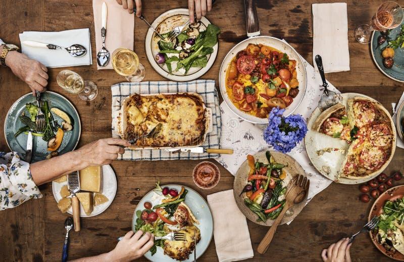 Erwachsene, die ein Abendessen haben lizenzfreie stockbilder