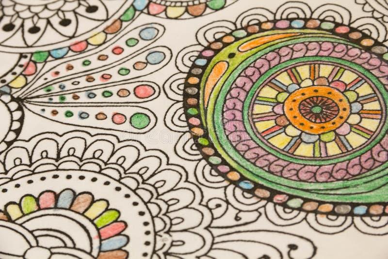 Erwachsene Farbtonbücher mit Bleistiften, neue Druckentlastungstendenz, Mindfulnesskonzeptperson färbend illustrativ vektor abbildung