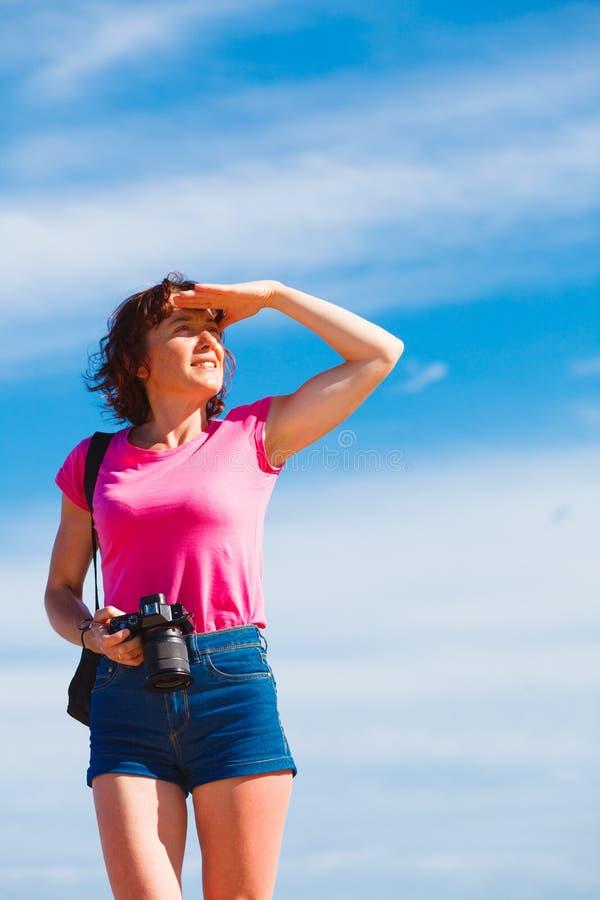 Erwachsene Frau, die Fotos macht lizenzfreie stockbilder