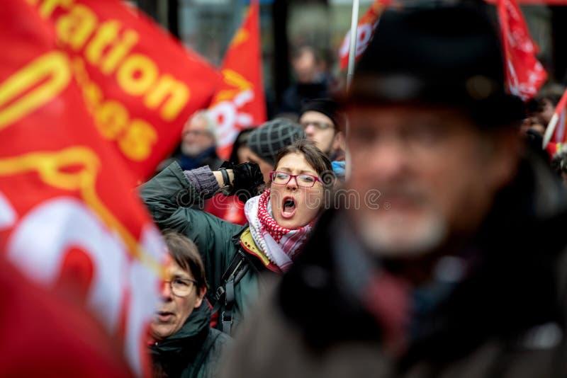 Erwachsene Frau, die am Protest gegen französische Regierung s Macron yeling ist lizenzfreie stockfotos