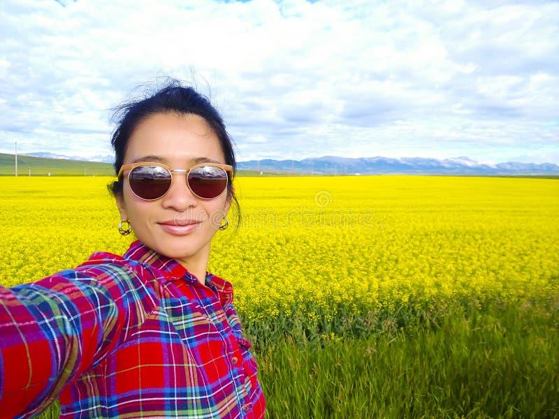 Erwachsene Frau, die Selfie-Canola-Feld Alberta nimmt lizenzfreies stockfoto