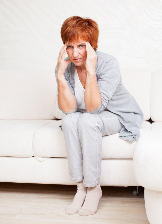 Erwachsene Frau hat Kopfschmerzen stockfoto
