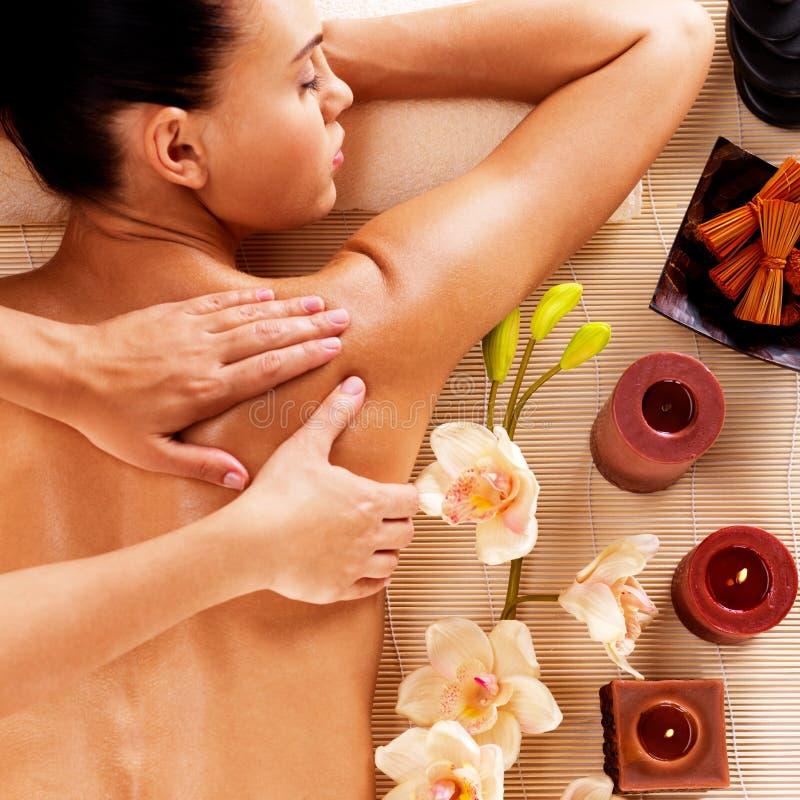 Erwachsene Frau im Badekurortsalon, der Körpermassage hat stockbild