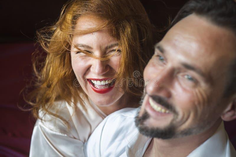 Erwachsene Frau mit dem Goldluxuriösen Haar, stockfoto
