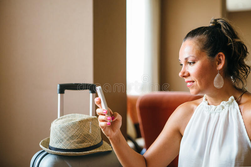 Erwachsene Frau mit Pferdeschwanz unter Verwendung des Smartphone stockbild