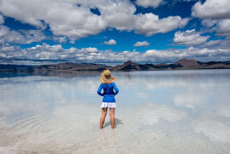 Erwachsene Frau trägt einen Strohhut, der an den Bonneville-Salz-Ebenen in West-Utah aufwirft stockbilder