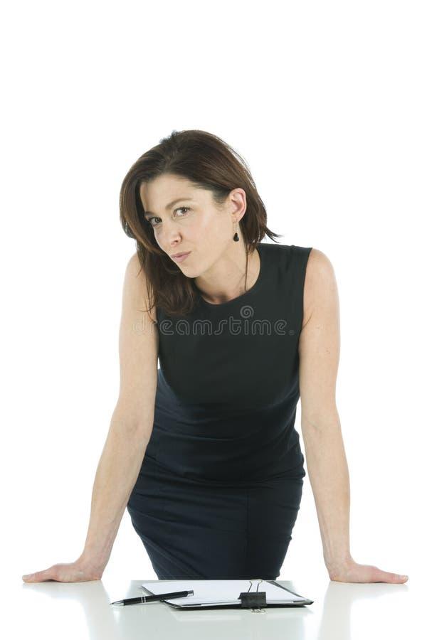 Erwachsene Frau vor dem Schreibtisch lizenzfreie stockfotografie