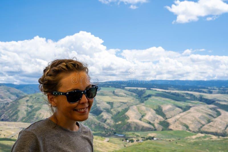 Erwachsene Frau wirft für ein Bild am weißen Vogel-Gradgipfel in Idaho, mit der szenischen Schlucht unten auf stockfoto