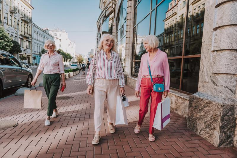 Erwachsene Frauen des Zaubers in der hellen und stilvollen Kleidung stockfotografie