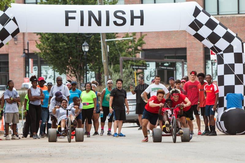 Erwachsene Konkurrenten laufen großes dreht herein Atlanta-Klassenausflug-Ereignis lizenzfreies stockbild