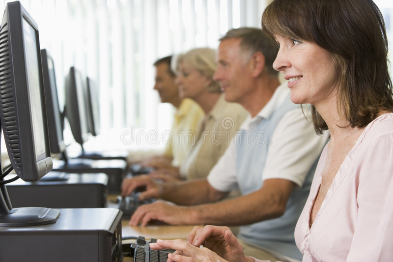 Erwachsene Kursteilnehmer in einem Computerlabor lizenzfreies stockbild