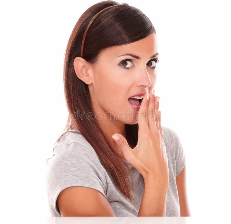 Erwachsene lateinische Frau mit verlegener Geste lizenzfreies stockfoto