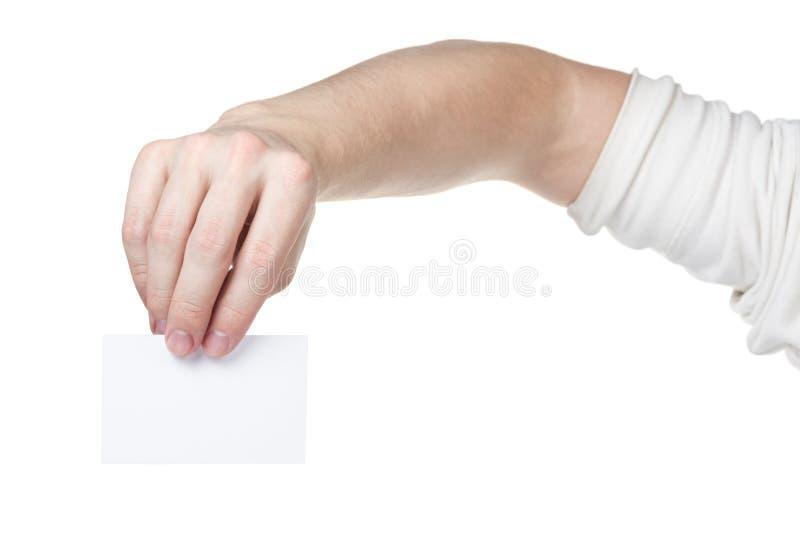 Erwachsene Mannhand, die leere Visitenkarte hält stockbild