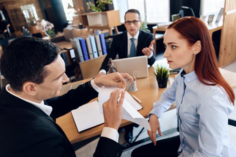 Erwachsene Mannriss-Heiratsurkunde, empörte Frau betrachtend Scheidung von erwachsenen Paaren stockbild