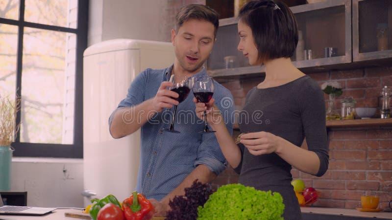 Erwachsene Paare verbringen Tag zu Hause lizenzfreie stockfotos