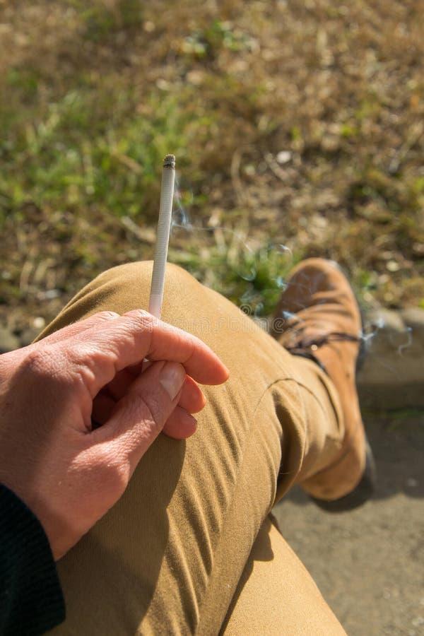 Erwachsene Person mit einem sigarette in der Hand, persönlicher Gesichtspunkt stockfotos