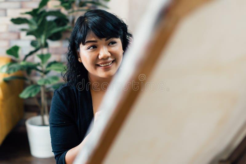 Erwachsene südostasiatische Frauenmalerei auf Segeltuch stockfoto