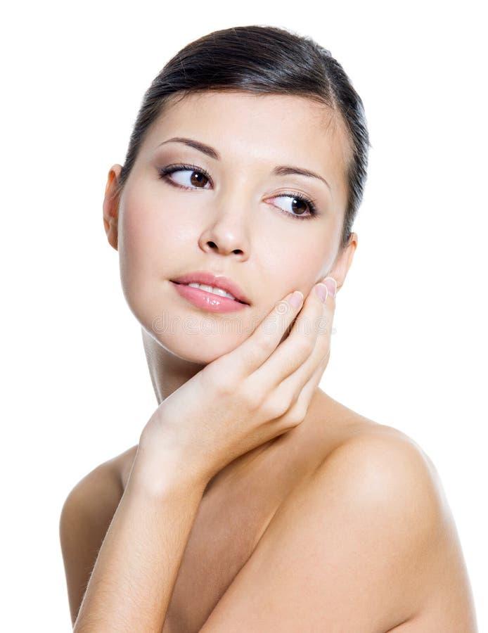Erwachsene schöne Frau mit frischer sauberer Haut lizenzfreies stockfoto