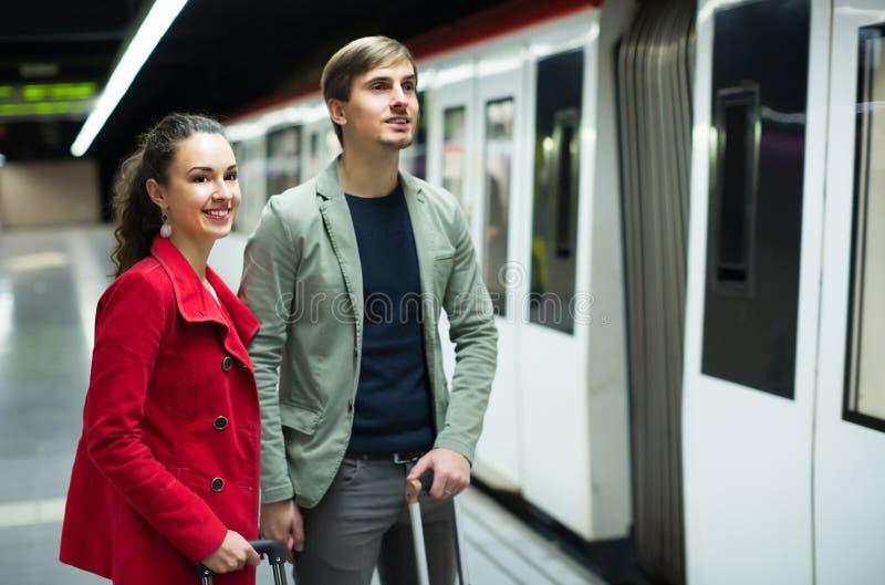 Erwachsene verbinden mit den Koffern, die auf Zug warten stockbild