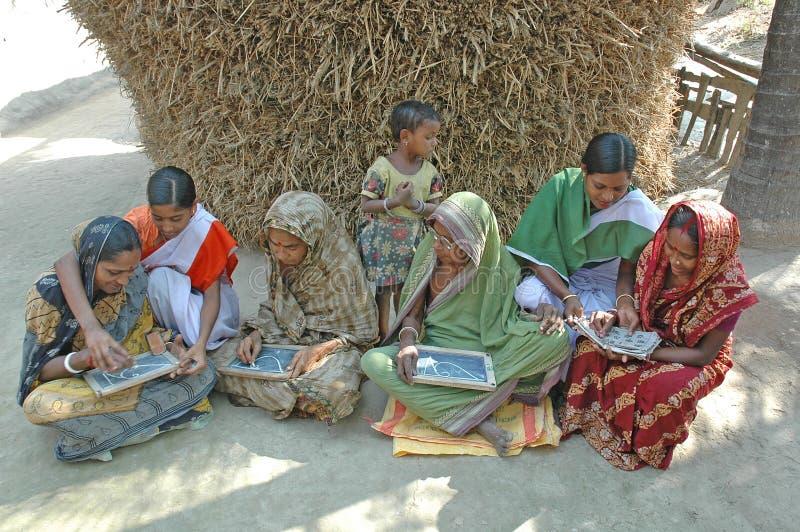 Erwachsenenbildung in landwirtschaftlichem Indien stockfotos