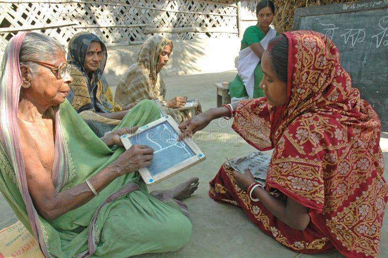 Erwachsenenbildung in landwirtschaftlichem Indien stockfoto