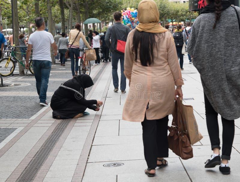 Erwachsener Bettler Sennior, der um Geld bittet lizenzfreie stockfotos