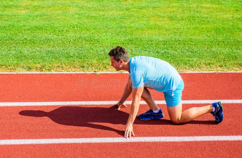 Erwachsener Läufer bereiten Rennen am Stadion vor Wie man beginnt zu laufen Sportmotivationskonzept Niedriger Anfang des Mannathl lizenzfreie stockbilder