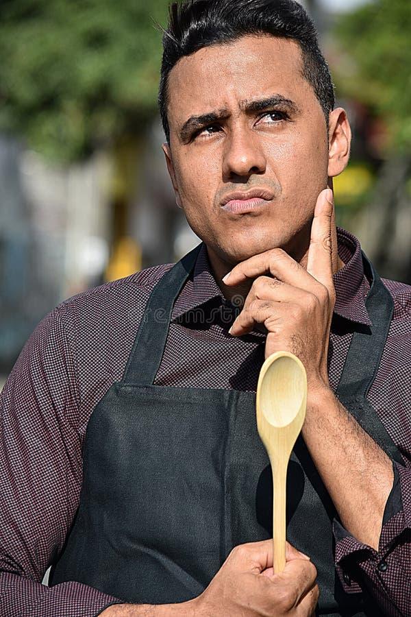Erwachsener männlicher Chef Or Cook Thinking lizenzfreie stockbilder