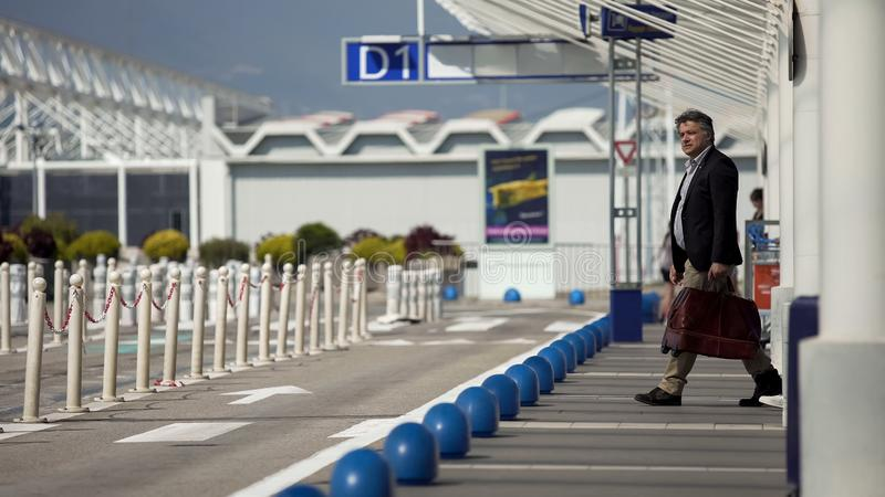 Erwachsener Mann, der Flughafen, Wartetaxi zum Stadtzentrum, Dienstreise verlässt stockbilder